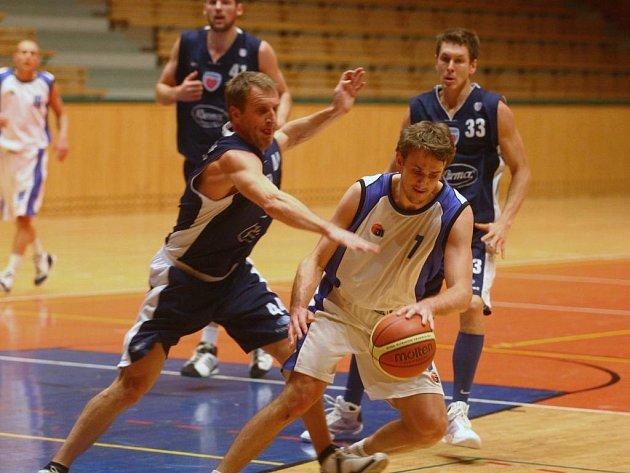 Hráč Lokomotivy Tomáš Kubizňák (v bílém)  proniká  mezi  basketbalisty Poděbrad ve včerejším pohárovém utkání v Plzni, které skončilo výhrou  favorizovaných hostů
