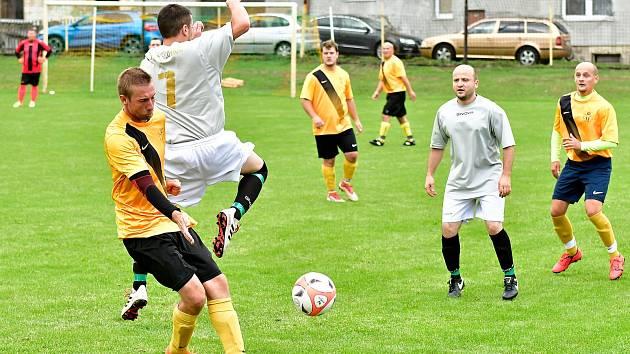Dalovice (ve žlutém) prolomily na božičanském stadionu černou sérii s tamním SK a dosáhly nakonec na vítězství 6:2.