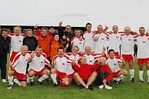 Fotbalový tým plzeňských lékařů se raduje ze zisku zlatých medilí na mistrovství Evropy nemocničních týmů Eurospital 2010 v irském Dublinu.