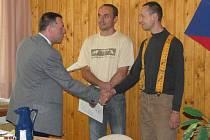 Pavel Rynda, prezident cechu kamnářů, předává absolventům kamnářského kurzu v Horní Bříze osvědčení. Rekvalifikační vzdělávací program pořádalo tamní střední odborné učiliště.
