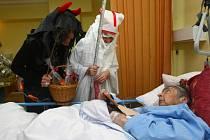 Na oddělení Interny v areálu bývalé vojenské nemocnice se včera objevil mikuláš, anděl a čert