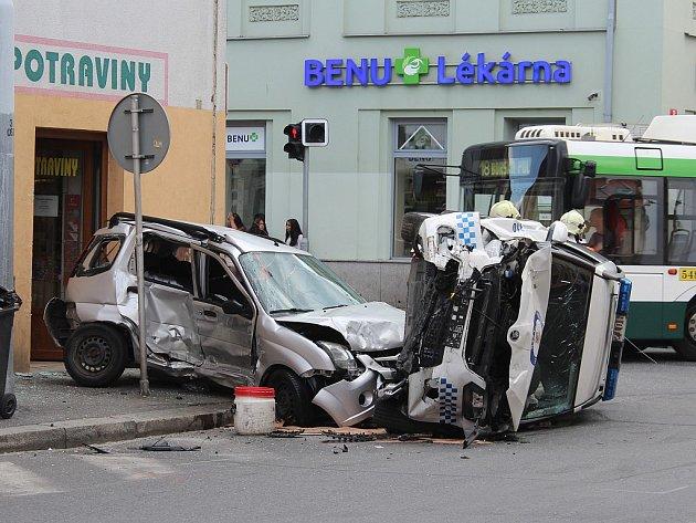 Nehoda vozu městské policie a osobního auta v Tylově ulici v Plzni
