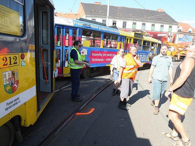 Kvůli extrémnímu horku vykolejila ve středu tramvaj přímo v centru Plzně U Zvonu. Pálící slunce totiž zapříčinilo vyboulení kolejí
