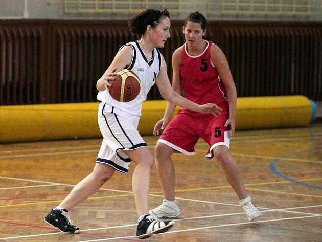 Lenka Klemperová z BaKu Plzeň (vlevo) se snaží v utkání druhé basketbalové ligy přejít přes soupeřku z B týmu Strakonic. Plzeňanky v posledním utkání základní části soutěže prohrály 92:100 v prodloužení.