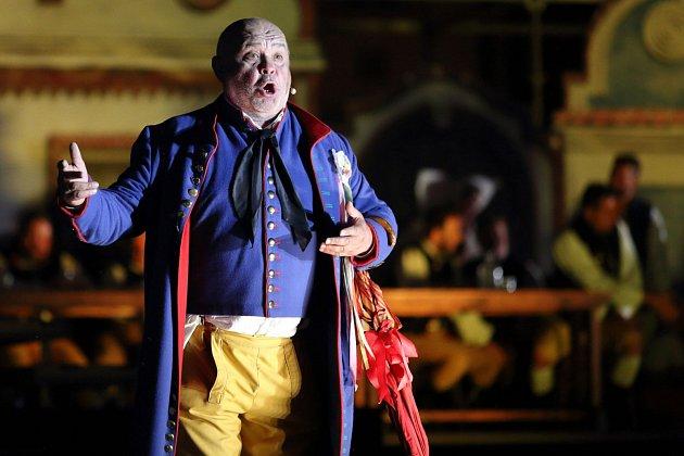 Velkolepé pojetí jedné z nejznámějších českých oper Smetanovy Prodané nevěsty přilákalo včera večer na plzeňské náměstí Republiky davy lidí.