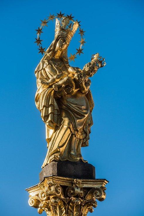 Socha na vrchu Mariánského sloupu na náměstí v Plzni.