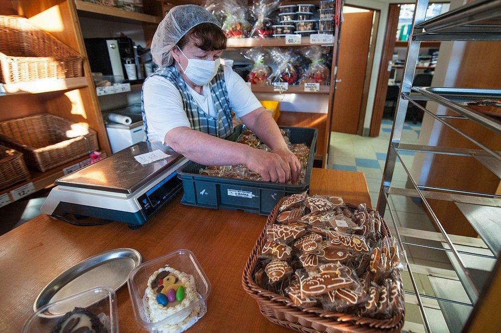 Kromě tradičního velikonočního pečiva v pekárně tvoří i velikonoční cukroví.