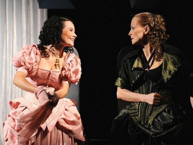 Andrea Černá v titulní roli Kateřiny (vpravo) a Klára Kovaříková jako její sestra Bianka v nové plzeňské inscenaci Shakespearovy komedie Zkrocení zlé ženy