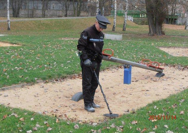 Strážníci vyrazili na dětská hřiště i s detektorem kovu