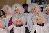 Dalo by se říct, že Žihelští si společné zpívání koled už vyzkoušeli 28. listopadu. Tehdy totiž rozsvěceli vánoční strom před základní školou. Na snímku jsou žihelští předškoláci