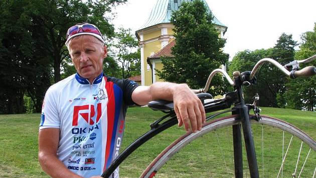 Český jezdec na vysokém kole Josef Zimovčák navštíví v rámci své tři tisíce kilometrů dlouhé cesty po republice také Plzeň. 8. července zde zakončí desátou etapu a o den později rozjede další.