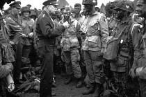 Na snímku vrchní velitel spojeneckých vojsk Dwight Eisenhower 5. června 1944 v Anglii hovoří s americkými parašutisty 101. výsadkové divize krátce před tím, než nastoupili do letadel a seskočili na francouzském pobřeží na pláží Utah