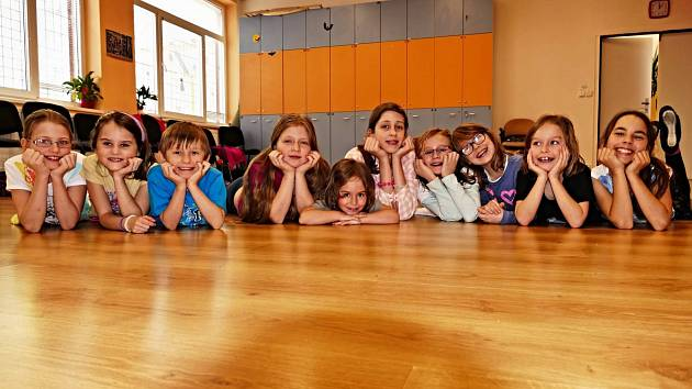 Taneční sál, kde je zapotřebí opravit podlahy