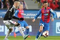 Záložník Viktorie Plzeň Milan Petržela (vpravo) trápil obránce Českých Budějovic svojí rychlostí.