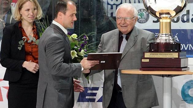 Hokejisté HC Plzeň 1929 sice v posledním utkání základní části extraligy prohráli doma s pražskou Spartou 1:3, ale o Prezidentský pohár za první místo už je porážka připravit nemohla. Generálnímu manažerovi klubu Martinu Strakovi ho předal Karel Gut.
