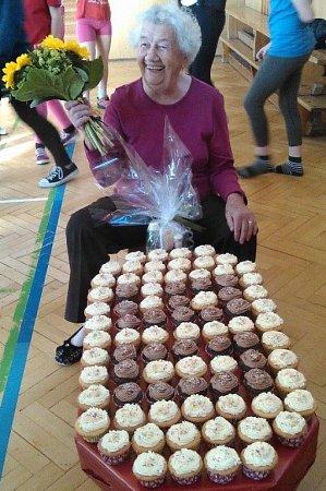 Poslední hodinu cvičení ve školním roce 2014/15 dojaly  moderní gymnastky TJ ČSAD Plzeň svojí paní učitelku. Předaly jí  dort poskládaný  z90 cupcaků a popřály  kjubileu, které jejich trenérka slaví právě dnes.