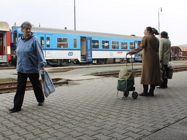 Cestující, kteří na vlak dorazí s předstihem, nezbývá než čekat vestoje