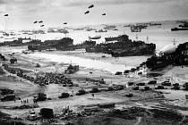 Nekonečné fronty spojeneckých vojsk vstupují z invazních pláží do vnitrozemí