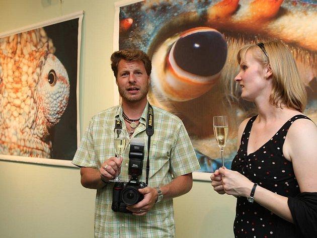 Fotograf Michael Fokt na vernisáži své výstavy.