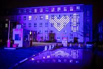 Světlo lékařům složené ze symbolů srdce a baterie osvítilo 25. listopadu budovu Městské nemocnice Ostrava (na snímku), 27. listopadu budou osvíceny na západě Čech nemocnice v Plzni a v Chebu.