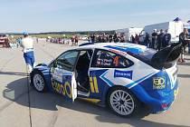 Vůz Ford Focus WRC pilotovaný Václavem Pechem v servisní zóně.