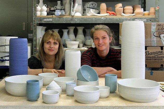 Lenka Záhorková (vlevo) a Markéta Kalivodová u své poslední kolekce nazvané Swallow. Porcelánová sada obsahuje kromě mís a kalíšků také vázy.