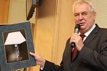 Prezident Miloš Zeman přivezl hejtmanovi Plzeňského kraje dárek - lampu