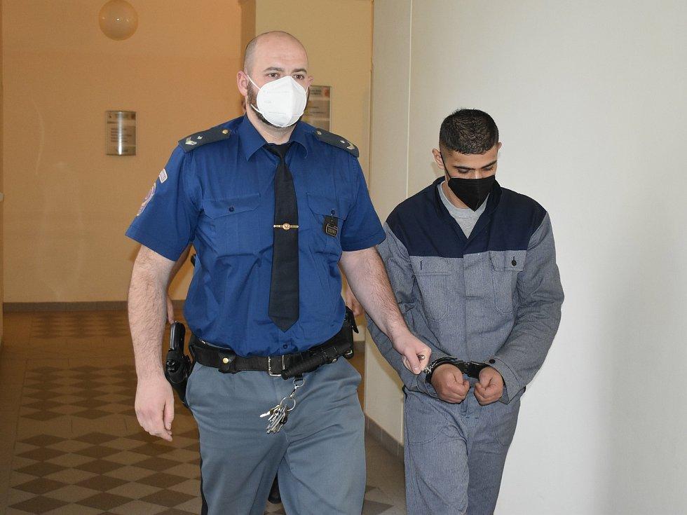 Recidivista Martin Csonka u plzeňského soudu.