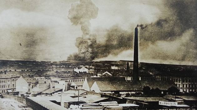 Obrovský mrak kouře stoupající z Bolevce nešlo přehlédnout. Takto ho zachytili Škodováci v Plzni.