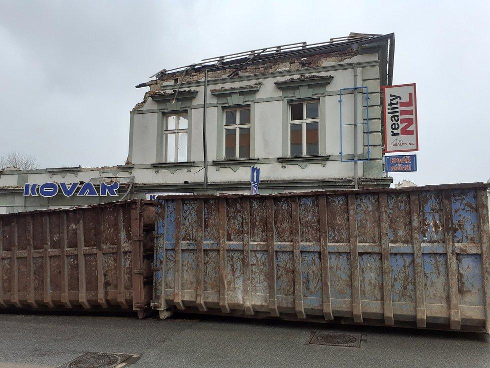Ve staré zástavbě v minulosti sídlila např. realitní kancelář nebo prodejna nářadí.