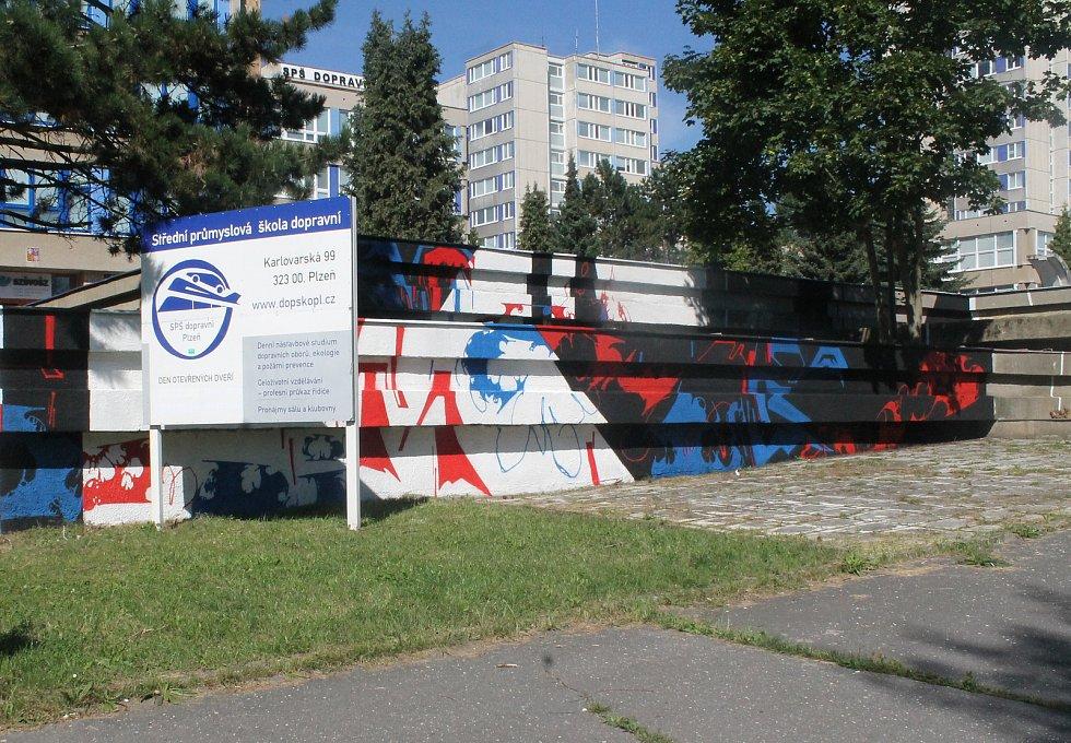 U Střední školy dopravní na Karlovarské v Plzni tvořili představitelé plzeňské graffiti scény Josef Sedlák/Akrobad a Tomáš Staněk/Obras.