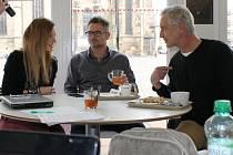 Sabina Křováková, Jarda Hudec (uprostřed) a Tomáš Hanák představili včera v Meeting Pointu na náměstí Republiky, jak bude vypadat letošní Žebřík v centru DEPO 2O15