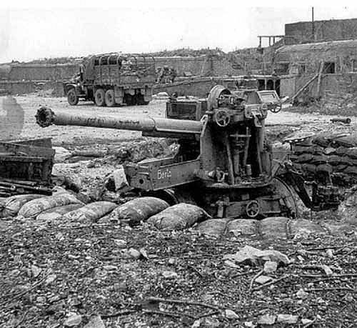 Zničené nepřátelské dělostřelecké postavení na pobřeží Normadie