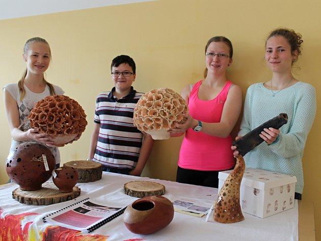 Kerados. To je název podniku, který v tomto školním roce založili dobřanští osmáci. Rodinná firma se soustředí na výrobu zahradní keramiky. Na snímku jsou (zleva) Klára Uhlíková, Vlastimil Vaněk,  Karolína Eichlerová a Karolína Bešková.