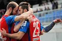 Aidin Mahmutovič (vpravo) přijímá gratulace ke vstřelení gólu od Romana Hubníka (vpravo) a Ondřeje Vaňka.