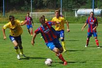 Junioři FC Viktorie Plzeň se sice v posledním přípravném utkání proti FK Teplice ujali vedení, nakonec však podlehli svému soupeři 1:3. Na snímku uniká obránci hostů Dan Boček