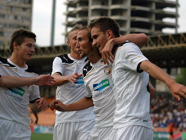 Zleva: Václav Pilař, Petr Trapp a Petr Jiráček oslavují gól Marka Bakoše (zcela vpravo)