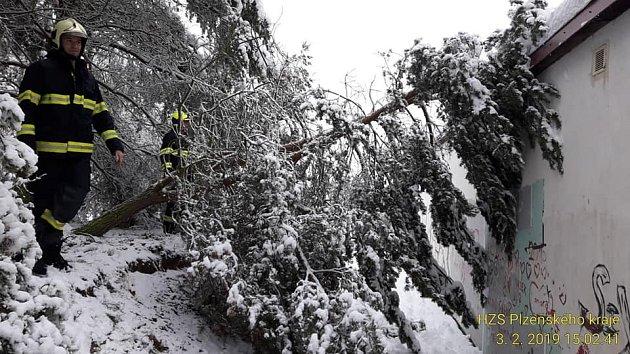 Během neděle vyjížděli hasiči kněkolika stovkám popadaných stromů.