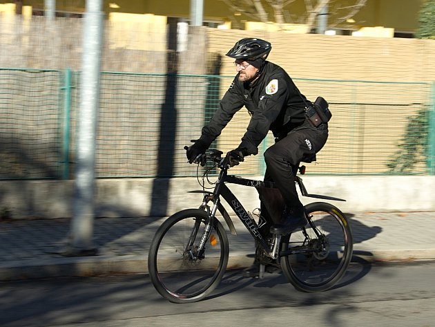 """Strážník František Tejml hlídkuje na bicyklu. """"Všude se dostanu rychleji než pěší hlídka. A proti autu mám také výhodu, protože nemůže zajet na všechna místa,"""" jmenuje výhody"""