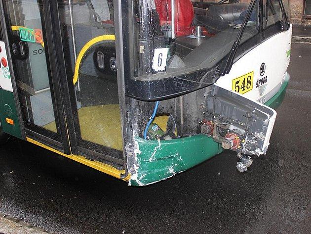 Nehoda auta a trolejbusu na křižovatce ulic Plachého a Koprníkova
