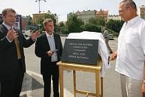 Technický náměstek primátora Petr Rund (vlevo), šéf představenstva společnosti Hermosa Real Estate Martin Král (uprostřed) a  plzeňský primátor Pavel Rödl včera odstartovali stavbu parkovacího domu Rychtářka
