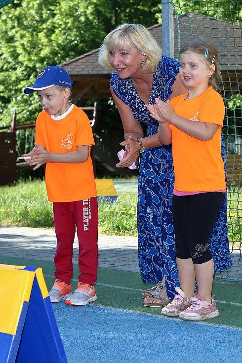 Sportovce přišla dnes do 87. Mateřské školy přišla dnes podpořit i místostarostka Lochotína Ilona Jehličková.