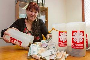 Tříkrálová sbírka - sčítání peněz. Na snímku ekonomka městské charity Hana Stránská