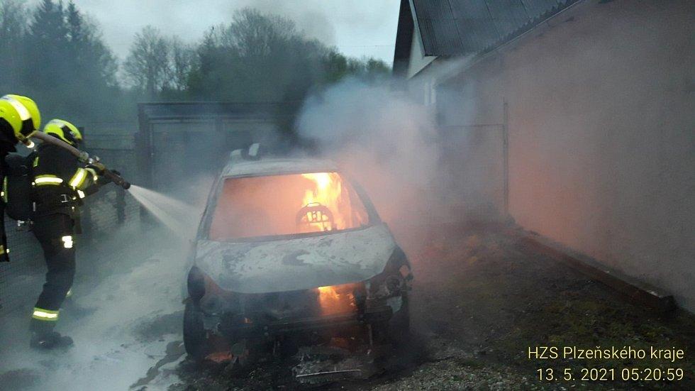 Požár auta způsobily kabely, které překousala kuna.