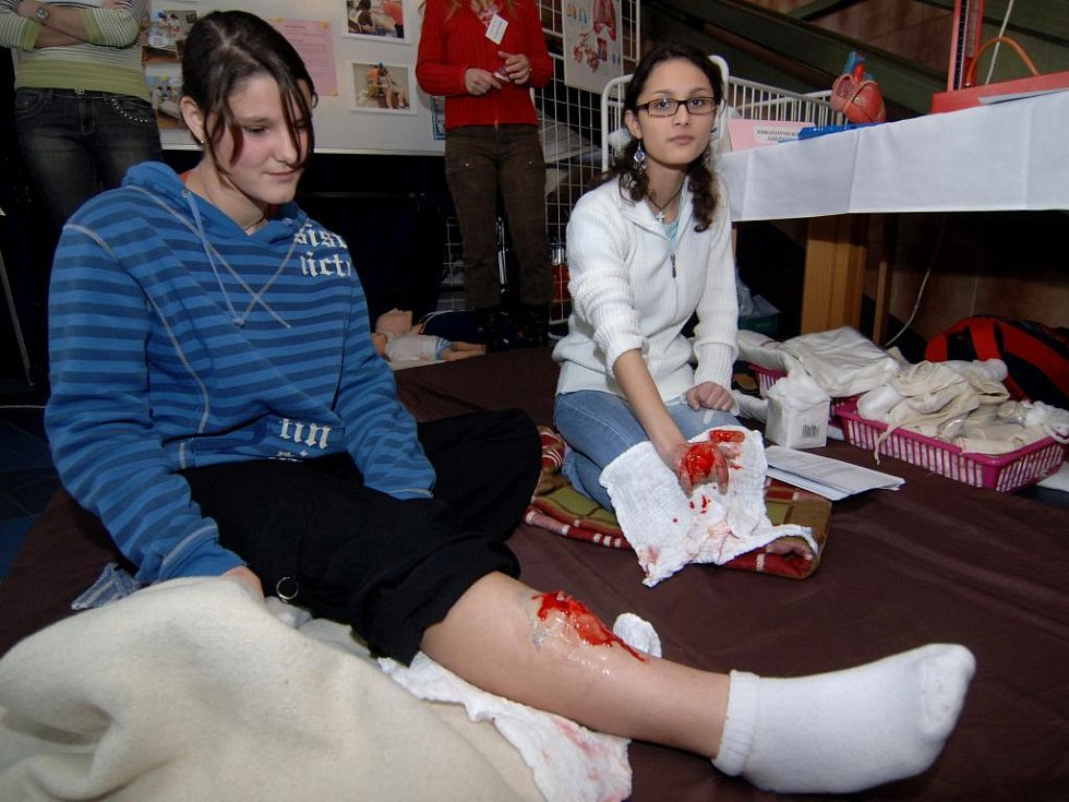 Ukázku první pomoci předvedly studentky Střední zdravotnické školy. I když přihlížející od krvavého zranění často odvraceli zrak, budoucí sestřičky byly nad věcí
