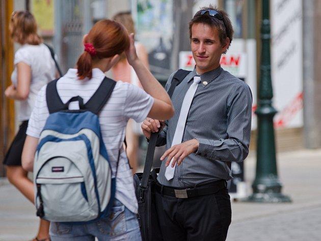 Pouliční prodejci v centru Plzně přesvědčují kolemjdoucí, aby koupili nabízené zboží. Někdo si obchodníky vyslechne.