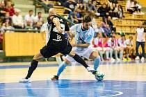 SK Interobal Plzeň, na snímku Tomáš Vnuk (ve světlém) obchází obranu Budějovic.