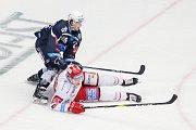 Semifinále play off hokejové extraligy - 5. zápas: HC Oceláři Třinec - HC Škoda Plzeň, 11. dubna 2019 v Třinci. Na snímku (zleva) Miroslav Indrák, Guntis Galvins.
