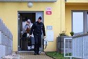 Kriminalisté opouštějí místo činu - bytovku v Těšínské ulici.