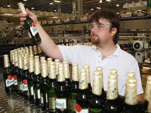 Součástí práce v pivovaru byla i kontola etiket na balicí lince